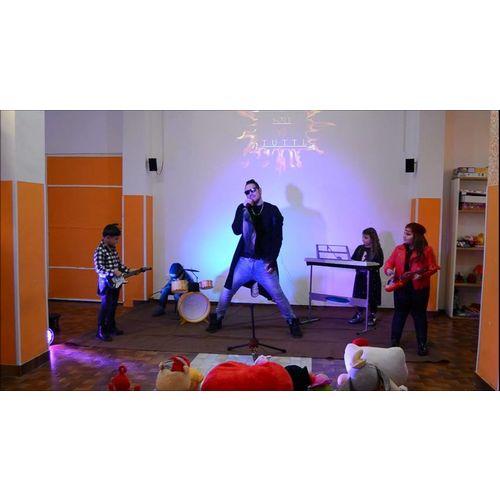 """On line il videoclip di Antòm, """"Soli contro tutti"""" con una rock band di bambini!"""