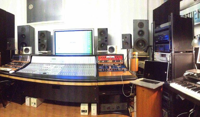 Arrangiatore compositore e sound designer con studio analogico offre la sua esperienza nella composizione e realizzazione discografica